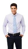 Το πορτρέτο του χαμογελώντας επιχειρηματία με παραδίδει τις τσέπες Στοκ Εικόνες