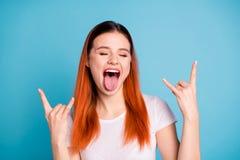Το πορτρέτο του χαριτωμένου αστείου εφήβου εφήβων πηγαίνει απολαμβάνει τη συναυλία βράχου αισθάνεται ότι ικανοποιημένος χαρείτε τ στοκ εικόνες με δικαίωμα ελεύθερης χρήσης