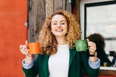 Το πορτρέτο του χαριτωμένου θηλυκού με το καθαρό δέρμα που έχει το μοντέρνο hairstyle έντυσε στο πράσινο σακάκι και την άσπρη μπλ στοκ φωτογραφία με δικαίωμα ελεύθερης χρήσης