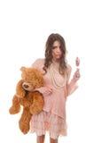 Το πορτρέτο του χαριτωμένου κοριτσιού με την καραμέλα και αντέχει το παιχνίδι Στοκ εικόνα με δικαίωμα ελεύθερης χρήσης