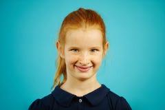 Το πορτρέτο του χαριτωμένου κοριτσιού με τις φακίδες και της κόκκινης τρίχας, που χαμογελά ειλικρινά, έχει τα συμπαθητικά του προ στοκ εικόνες