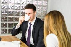Το πορτρέτο του όμορφου επιτυχούς ατόμου πίνει τον καφέ, επιχειρηματίας που έχει το πρόγευμα στοκ φωτογραφίες