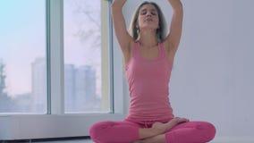 Το πορτρέτο του όμορφου ξανθού νέου λωτού άσκησης γυναικών θέτει φιλμ μικρού μήκους