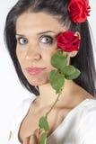 Το πορτρέτο του όμορφου brunette με το κόκκινο αυξήθηκε Στοκ εικόνα με δικαίωμα ελεύθερης χρήσης