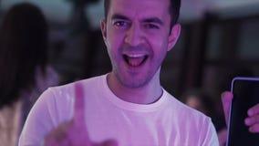 Το πορτρέτο του ώριμου αρσενικού στα άσπρα ενδύματα χορεύει ενεργά στο εστιατόριο το βράδυ απόθεμα βίντεο