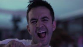 Το πορτρέτο του ώριμου ατόμου στα άσπρα ενδύματα χορεύει ενεργά στο εστιατόριο το βράδυ απόθεμα βίντεο