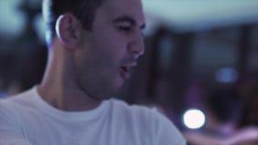 Το πορτρέτο του ώριμου τύπου στα άσπρα ενδύματα χορεύει ενεργά στο εστιατόριο το βράδυ απόθεμα βίντεο