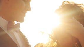 Το πορτρέτο το ζεύγος στην πράσινη ηλιόλουστη θέση στην επαρχία απόθεμα βίντεο