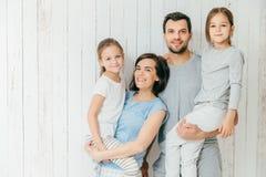 Το πορτρέτο των ευτυχών γονέων φέρνει τις όμορφες κόρες τους στο han στοκ εικόνες με δικαίωμα ελεύθερης χρήσης