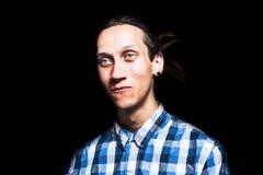 Το πορτρέτο των νεολαιών δροσίζει το άτομο με τα dreadlocks Στοκ Φωτογραφίες