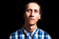 Το πορτρέτο των νεολαιών δροσίζει το άτομο με τα dreadlocks Στοκ Εικόνες
