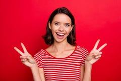 Το πορτρέτο χιλιετούς χαριτωμένου γοητείας αισθάνεται ότι ευχαριστημένος ειλικρινής κάνει τα β-σημάδια να έχουν τις διακοπές ελεύ στοκ φωτογραφίες με δικαίωμα ελεύθερης χρήσης
