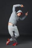 Το πορτρέτο Fullbody των νεολαιών δροσίζει το άτομο που χορεύει στο σκοτεινό υπόβαθρο Στοκ εικόνα με δικαίωμα ελεύθερης χρήσης
