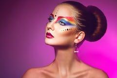 Το πορτρέτο Horizotnal της ελκυστικής γυναίκας με πολύχρωμο αποτελεί Στοκ Φωτογραφία
