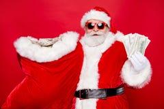 Το πορτρέτο Santa eyeglasses φορά γάντια στην εκμετάλλευση εξαρτήσεων που φέρνει το χ στοκ εικόνα με δικαίωμα ελεύθερης χρήσης