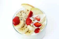 Το ποτήρι του άσπρου γιαουρτιού με την μπανάνα, βρώμη ξεφλουδίζει, φράουλα, λινάρι Στοκ φωτογραφίες με δικαίωμα ελεύθερης χρήσης