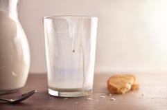 Το ποτήρι του γάλακτος για το πρόγευμα τελείωσε στην άσπρη κουζίνα Στοκ Εικόνες
