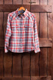Το πουκάμισο κρεμά σε έναν ξύλινο φράκτη Στοκ Εικόνες