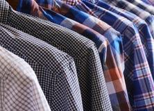 Το πουκάμισο φορεμάτων κρεμά στο ράφι Στοκ φωτογραφία με δικαίωμα ελεύθερης χρήσης