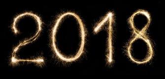 το 2018 που γράφεται με τα sparklers που απομονώνονται στο μαύρο υπόβαθρο Στοκ Εικόνες