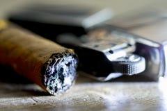 Το πούρο κάπνισαν ακριβώς και ο αναπτήρας βενζίνης Στοκ Φωτογραφία
