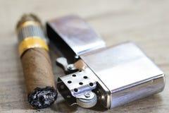 Το πούρο κάπνισαν ακριβώς και ο αναπτήρας βενζίνης Στοκ Εικόνα
