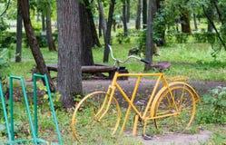 Το ποδήλατο είναι ένα πράσινο λιβάδι Στοκ Εικόνες