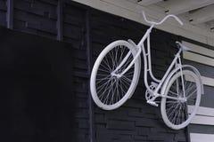 Το ποδήλατο είναι χρωματισμένο λευκό σε έναν τοίχο Στοκ εικόνα με δικαίωμα ελεύθερης χρήσης