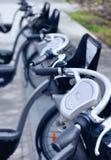 Το ποδήλατο ενοικίου παίρνει το σταθμό στην οδό πόλεων Στοκ φωτογραφίες με δικαίωμα ελεύθερης χρήσης