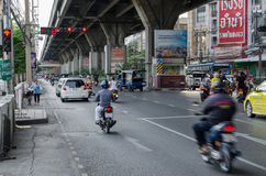 Το ποδήλατο και το αυτοκίνητο τρέχουν όταν κόκκινος φωτεινός σηματοδότης Στοκ Εικόνες