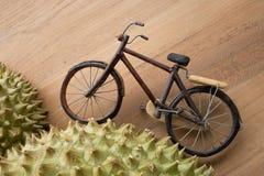 Το ποδήλατο προσπαθεί να αναρριχηθεί στο λόφο που περιβάλλει με το αγκάθι στοκ εικόνες