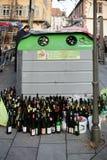 Το πολλαπλάσια κρασί και beere τα μπουκάλια ανακυκλώνουν πλησίον το δοχείο αποβλήτων στην πόλη Στοκ εικόνες με δικαίωμα ελεύθερης χρήσης