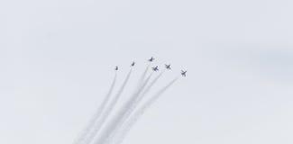 Το πολεμικό αεροσκάφος F-16 αναβλύζει airshow Στοκ Εικόνα