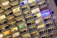 Το πολυόροφο κτίριο απαριθμεί τη νύχτα Στοκ Εικόνα