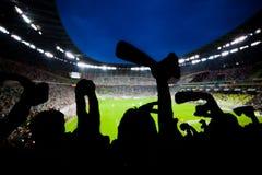 Το ποδόσφαιρο, ανεμιστήρες ποδοσφαίρου υποστηρίζει την ομάδα τους και γιορτάζει στοκ φωτογραφίες