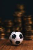 Το ποδόσφαιρο στοιχημάτισε την έννοια με το ποδόσφαιρο και τα χρήματα στοκ εικόνα