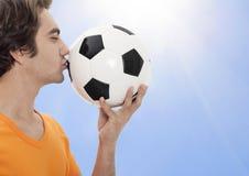 Το ποδόσφαιρο φιλά τη σφαίρα Στοκ Φωτογραφία