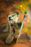 Το πολύχρωμο πινέλο υπό εξέταση ενός μάγου teddy αντέχει στοκ φωτογραφία