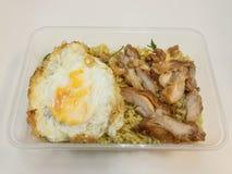 Το πράσινο κάρρυ τηγάνισε το ρύζι με το τηγανισμένο κοτόπουλο και τηγάνισε το αυγό σε ένα κιβώτιο τρόφιμα Ταϊλανδός στοκ φωτογραφία