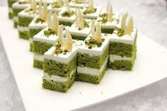 Το πράσινο κέικ τσαγιού περιμένει την κατανάλωση Στοκ φωτογραφία με δικαίωμα ελεύθερης χρήσης
