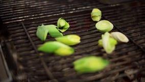 Το πράσινο κρεμμύδι ψήνεται στη σχάρα απόθεμα βίντεο