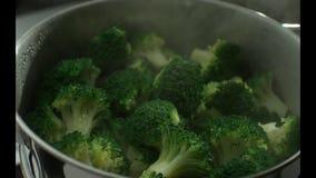 Το πράσινο μπρόκολο είναι μαγειρευμένο στον ατμό σε ένα ατμόπλοιο ανοξείδωτου κίνηση αργή r κίνηση αργή Κάμερα Phanto απόθεμα βίντεο