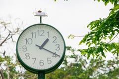 Το πράσινο ρολόι στο πάρκο στοκ φωτογραφία με δικαίωμα ελεύθερης χρήσης