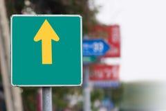 Το πράσινο σημάδι κυκλοφορίας ` πηγαίνει ευθύ ` στο θολωμένο υπόβαθρο Στοκ εικόνες με δικαίωμα ελεύθερης χρήσης