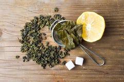Το πράσινο τσάι ξηρό και χρησιμοποιούμενο βγάζει φύλλα Στοκ Εικόνες