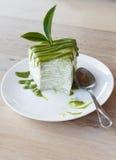 Το πράσινο τσάι crepe το κέικ σε άσπρο δίσκο Στοκ Εικόνες