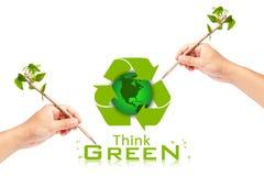 το πράσινο χέρι οικολογίας έννοιας σκέφτεται το γράψιμο Στοκ Φωτογραφία