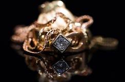 Το πραγματικό χρυσό δαχτυλίδι με το διαμάντι, αλυσοδένει κοντά επάνω το μακρο πυροβολισμό στοκ φωτογραφίες