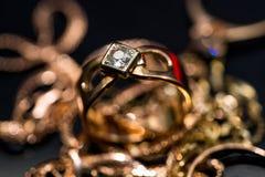 Το πραγματικό χρυσό δαχτυλίδι με τα διαμάντια, πολύτιμοι λίθοι κλείνει επάνω το μακρο πυροβολισμό στοκ φωτογραφία με δικαίωμα ελεύθερης χρήσης