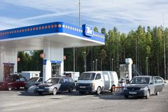 Το πρατήριο καυσίμων είναι στα καρελιανά ξύλα πωλεί τα λιπαντικά καυσίμων και μηχανών για τα μηχανοκίνητα οχήματα Στοκ Εικόνα